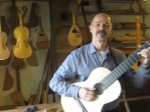de zevensnarige gitaar voor Lex Kemper is gemaakt door Hans de Louter