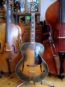Stromberg gitaar klaar om het pand te verlaten