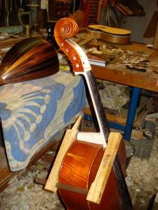 het verhalzen (anschäften) van een cello