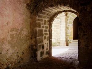 het klooster Roncevalles met monnikspoortje