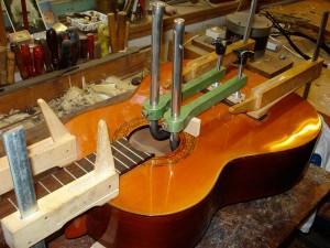 het lijmen van een gitaarkam