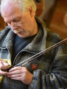 Als het laatste deel bekijkt Hans de Louter de gehele strijkstok bekeken: hoe zit de haarband op de strijkstok en hoe spant hij aan?