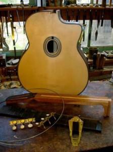Selmer de hals kan in de gitaar gelijmd worden