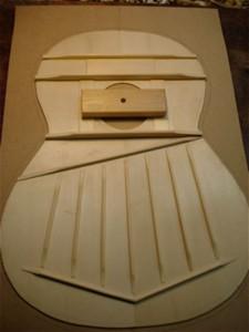 7-snarige gitaar, de fan-bracing aan de onderzijde van het bovenblad