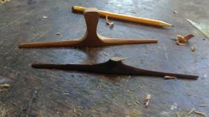 met een vijl wordt de vorm aangegeven van de benen