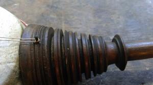 er is één snaar gebruikt die aan de onderzijde over een stukje metalen draad wordt gewikkeld