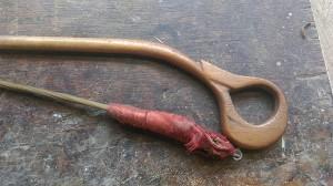 de achterkant van de strijkstok met een omwikkeld gedeelte om de haren met de hand te spannen