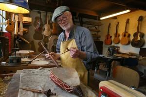 restaurateur en luthier Hans de Louter toont in zijn werkplaats de rebab, een bijzonder tweesnarig instrument; foto Cees Baars