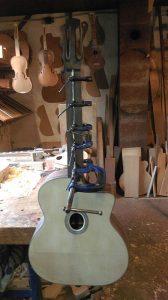 de voorkant van de Selmer gitaar