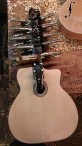 de ebbenhouten toets wordt op de selmer gitaar gelijmd