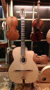voor het lakken wordt deze Selmer gitaar uitgeprobeerd