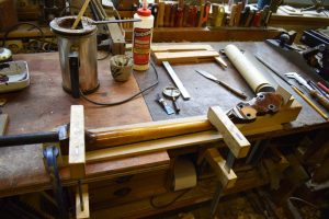 de hals wordt verlijmd op een houten zadel