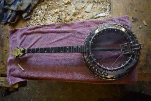 de banjo wordt in elkaar gezet