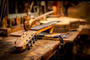 7-snarige klassieke gitaar wordt gefret