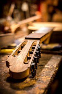 7-snarige klassieke gitaar wordt gefret (detail)